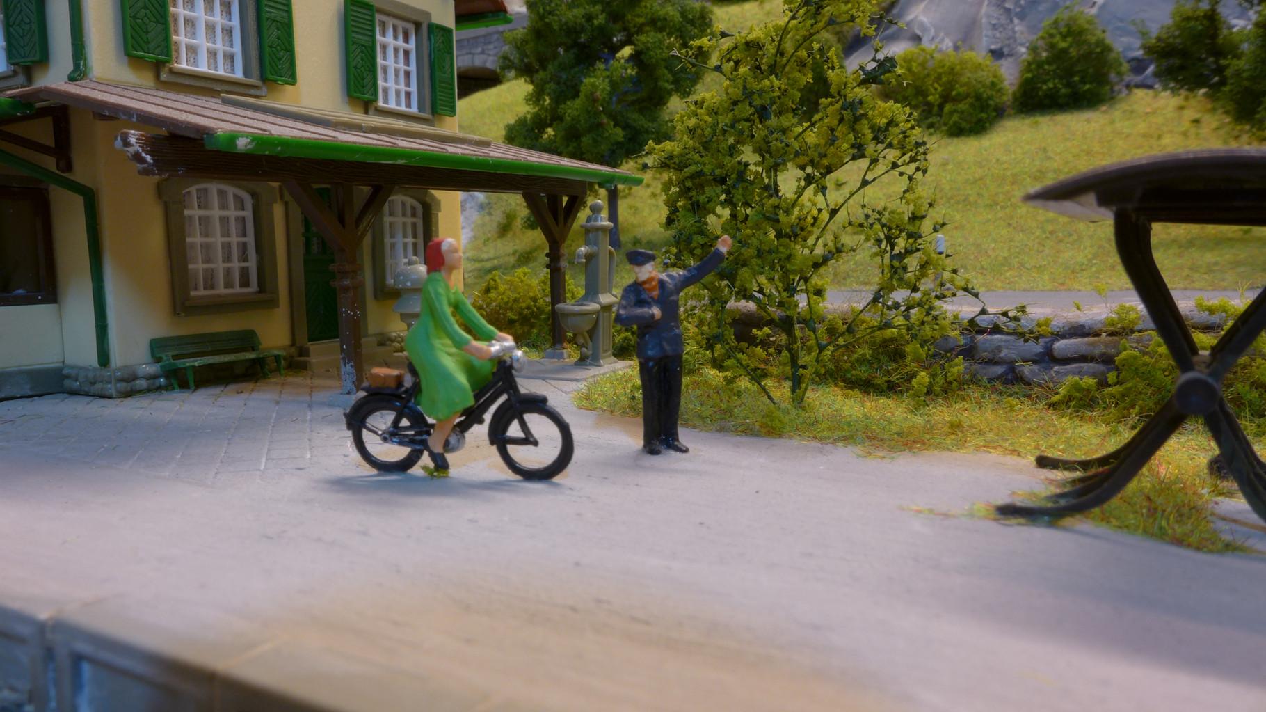 Radfahrerin in Riedberg erkundigt sich nach dem Weg