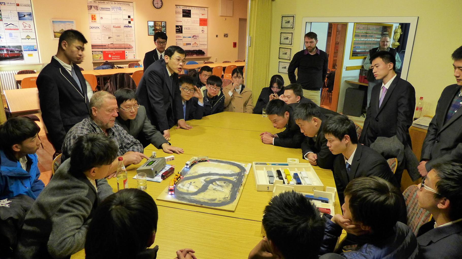 19.01.2016 Die chinesischen Gäste sind fasziniert von der Hochtechnologie, die im Carsystem des MECs steckt.