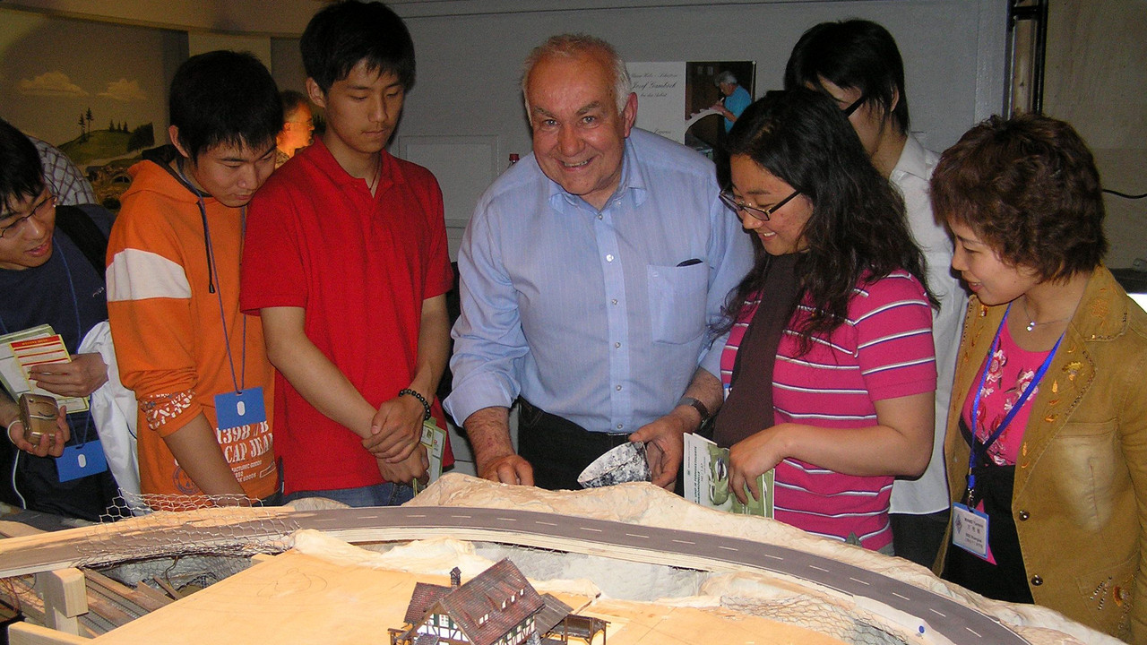 2005: Alfred Schropp stellt die Clubanlage vor und zeigt wie man Gelände modelliert.