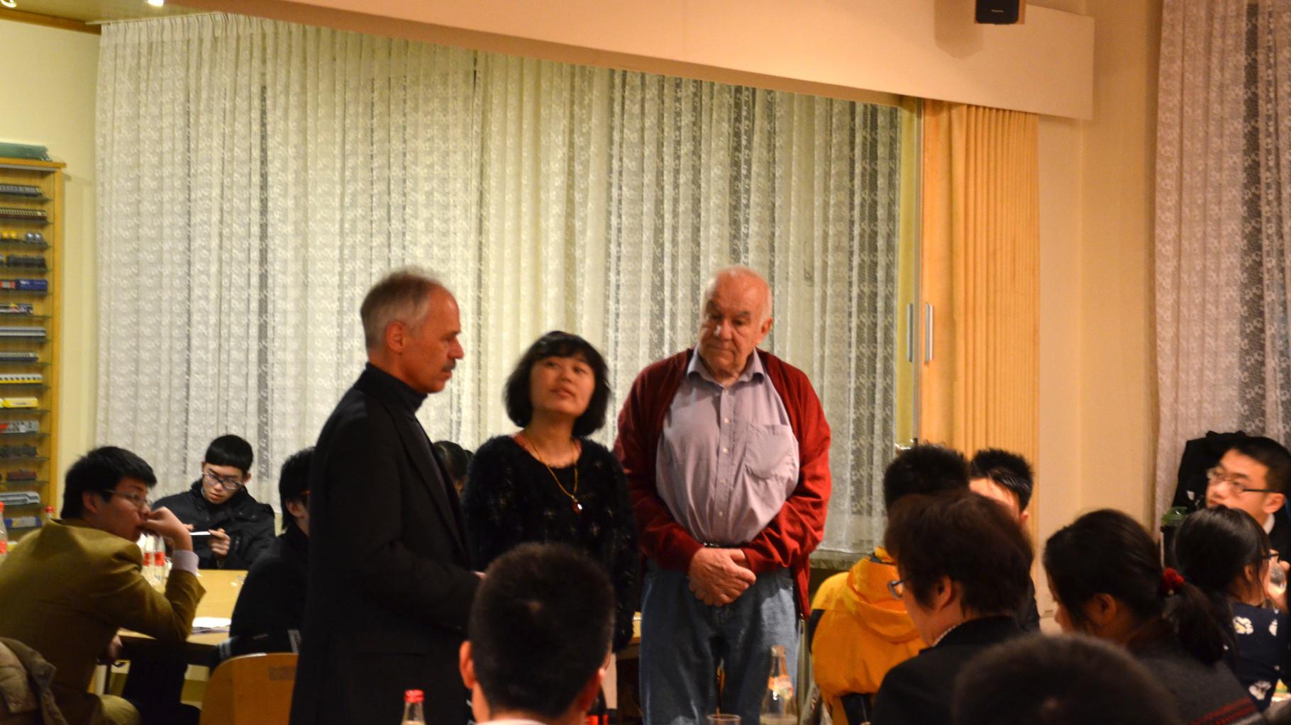 2. Feb. 2015: Bgm. W. Grubwinkler (li.)  lädt 48-köpfige Delegation vom BBZ Shanghai beim MEC zum Abendessen und zur Besichtigung der Anlagen ein.
