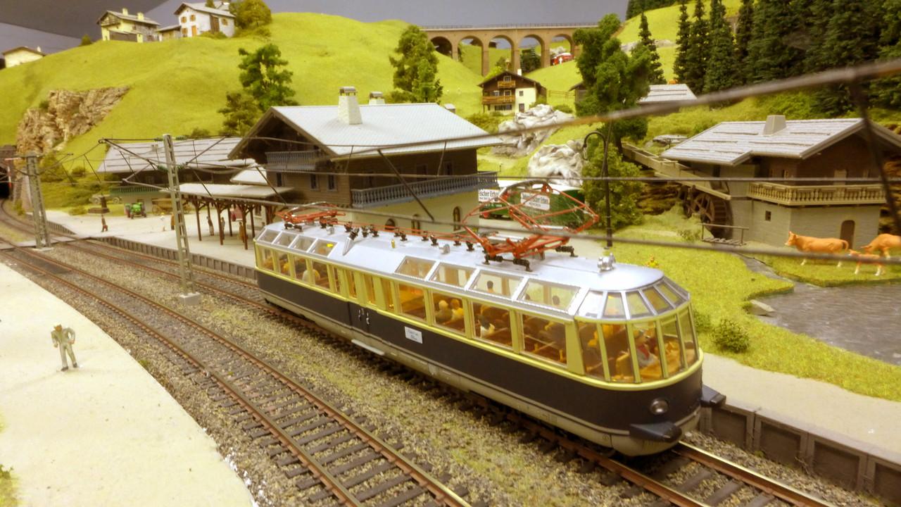 Der Gläserne Zug ET91 (von Roco) mit gelber LED-Beleuchtung in Lengmoos