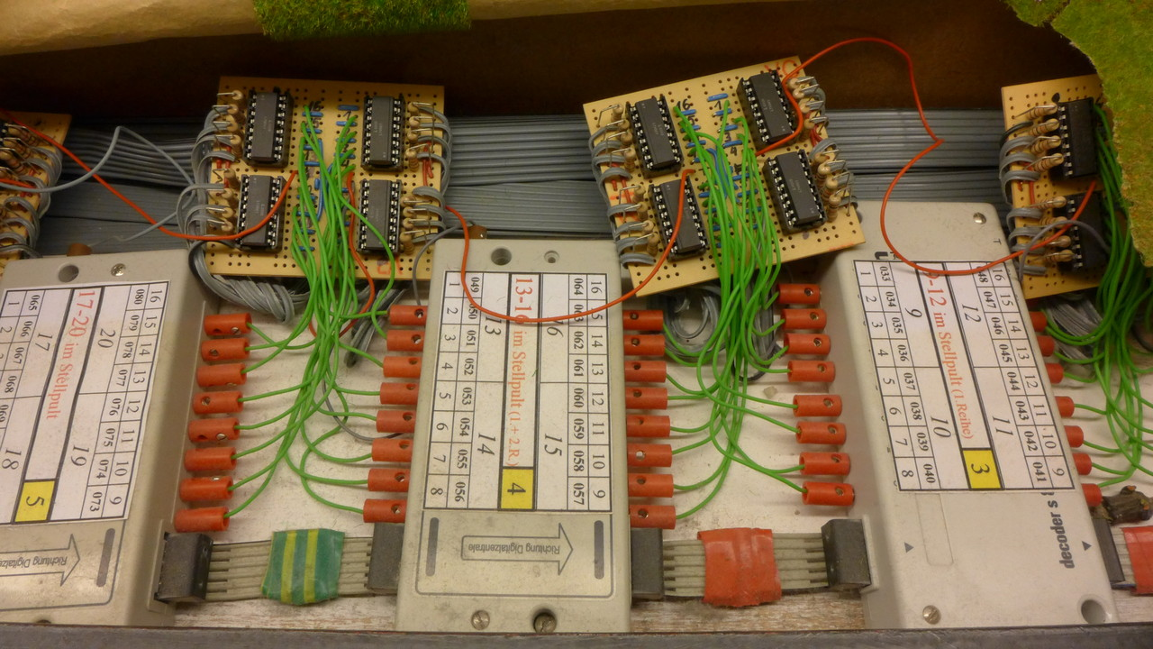 16-fach-S88- Module (links zwei von Viessmann und rechts von eins von Märklin) und (oben) selbstgebaute 8-fach Optokoppler