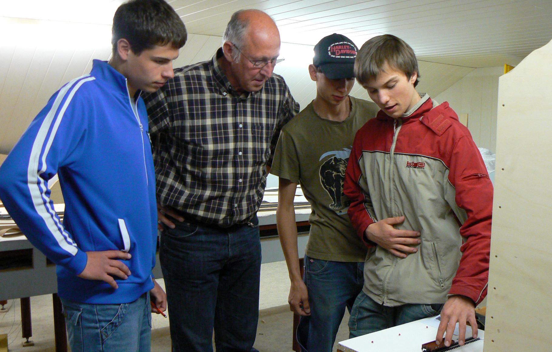 Dominik erklärt einem Besucher, wie die Belegtmeldung beim Märklin-System realisiert wird.  1.5.2007