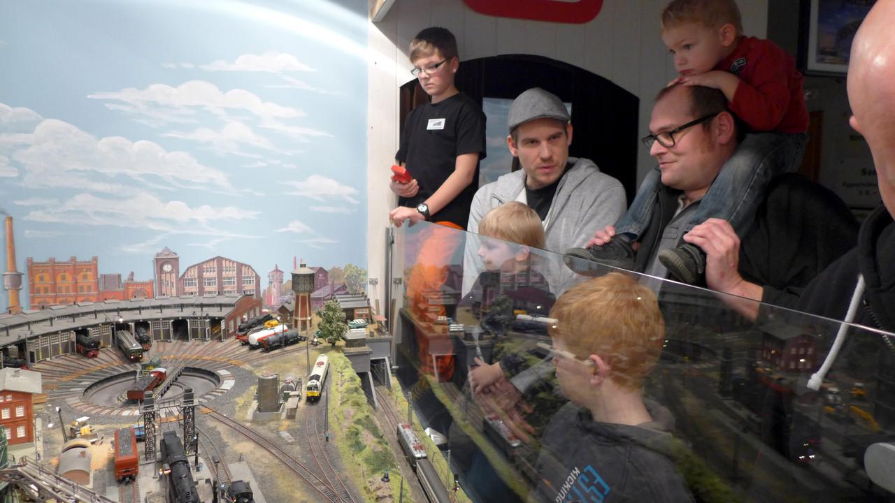 Die kinderleichte Steuerung des Bahnbetriebswerks beeindruckt auch die Besucher