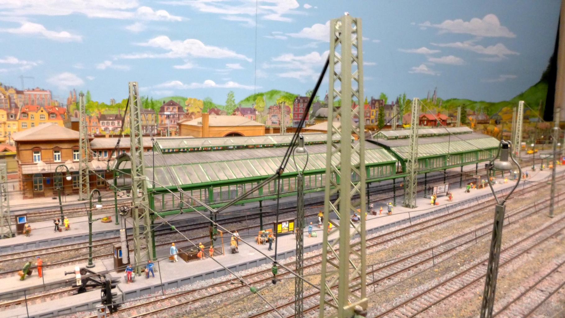 Quertragwerk überspannt 7 Gleise im Hauptbahnhof