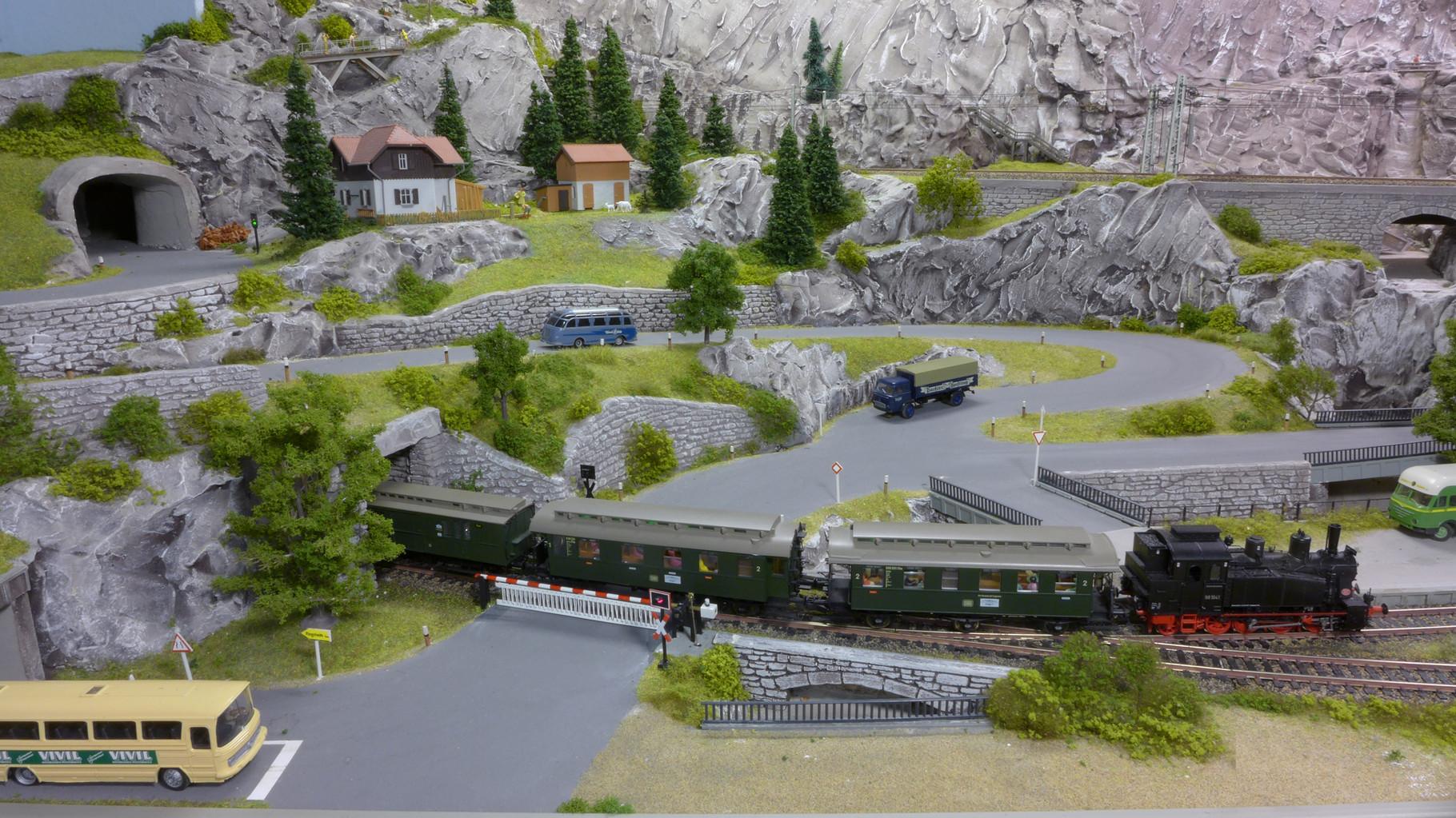 BR98 1041 von Brawa mit Kroiskupplung und ESU LokSound hat Einfahrt in Riedberg