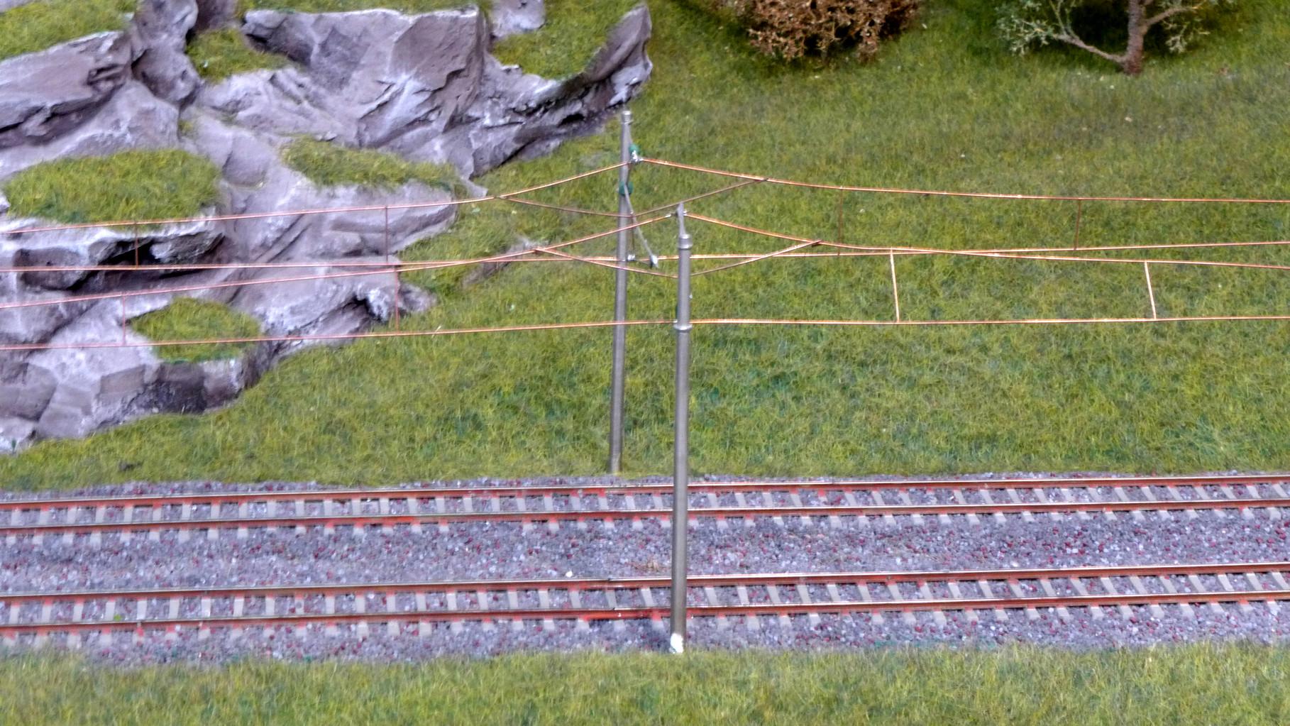 Neubaustrecke mit Betonmasten und Y-Seil
