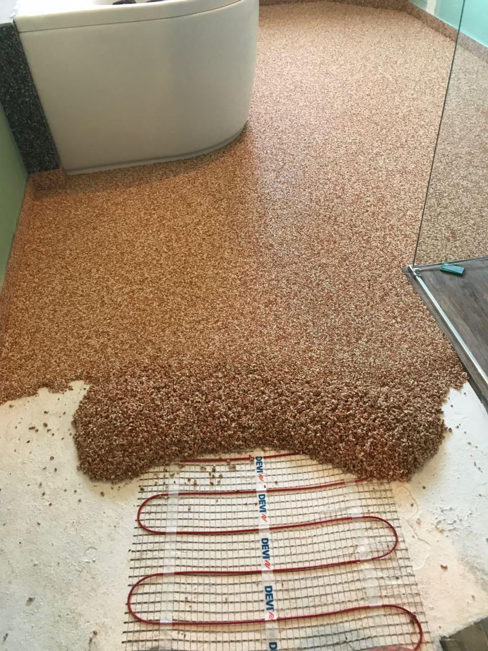 Mit einem Steinteppich kann man nachträglich noch eine Fußbodenheizung ins Bad legen.