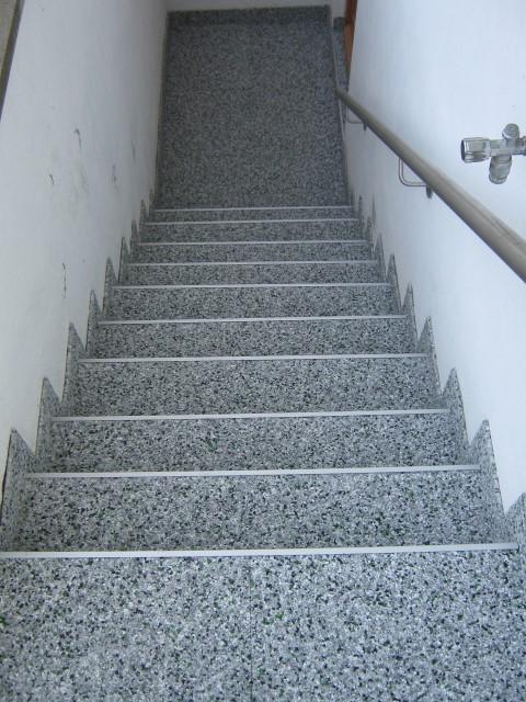 wieder eine Kellertreppe mit Steinteppich
