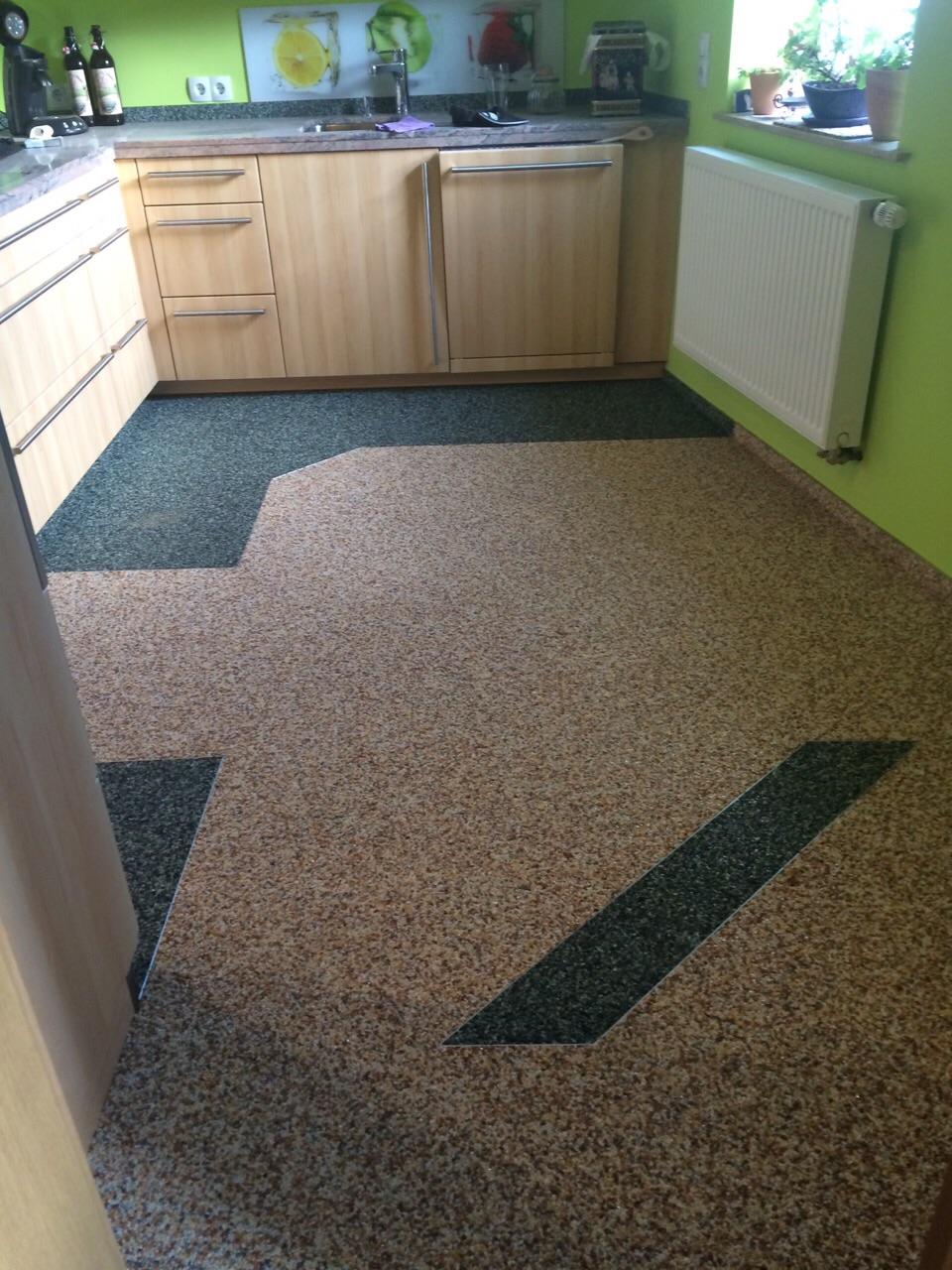 man muss schon sehr geübt sein solche Steinteppiche in der Küche zu verlegen