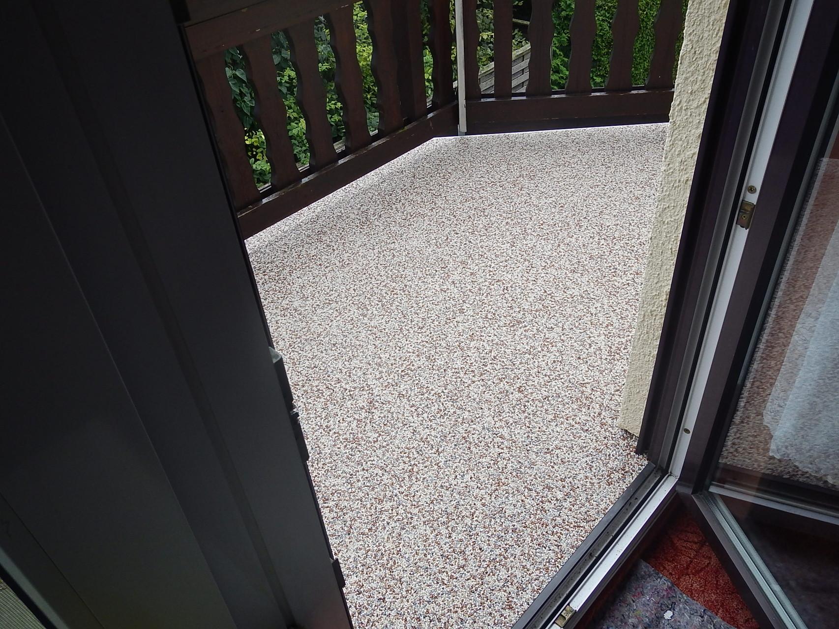 diese Balkone sind häufig anzutreffen und lassen sich mit Steinteppich perfekt sanieren