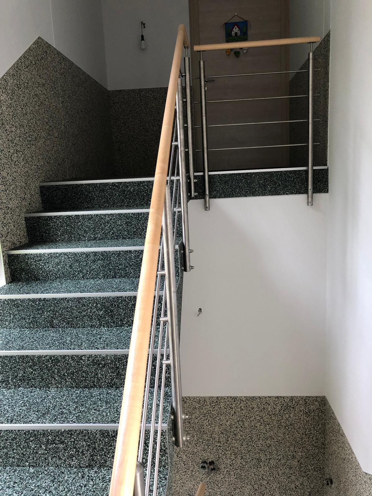 ein schönes Treppenhaus mit Steinteppich