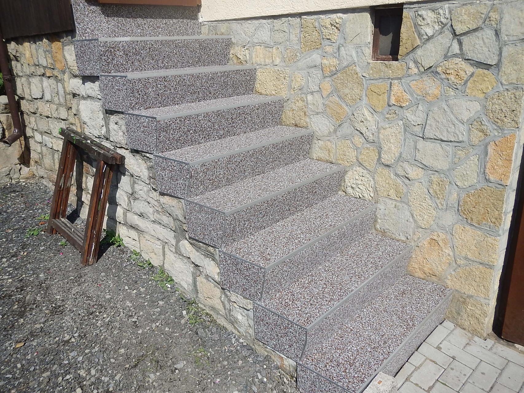 Betontreppe saniert mit Steinteppich und Stirn