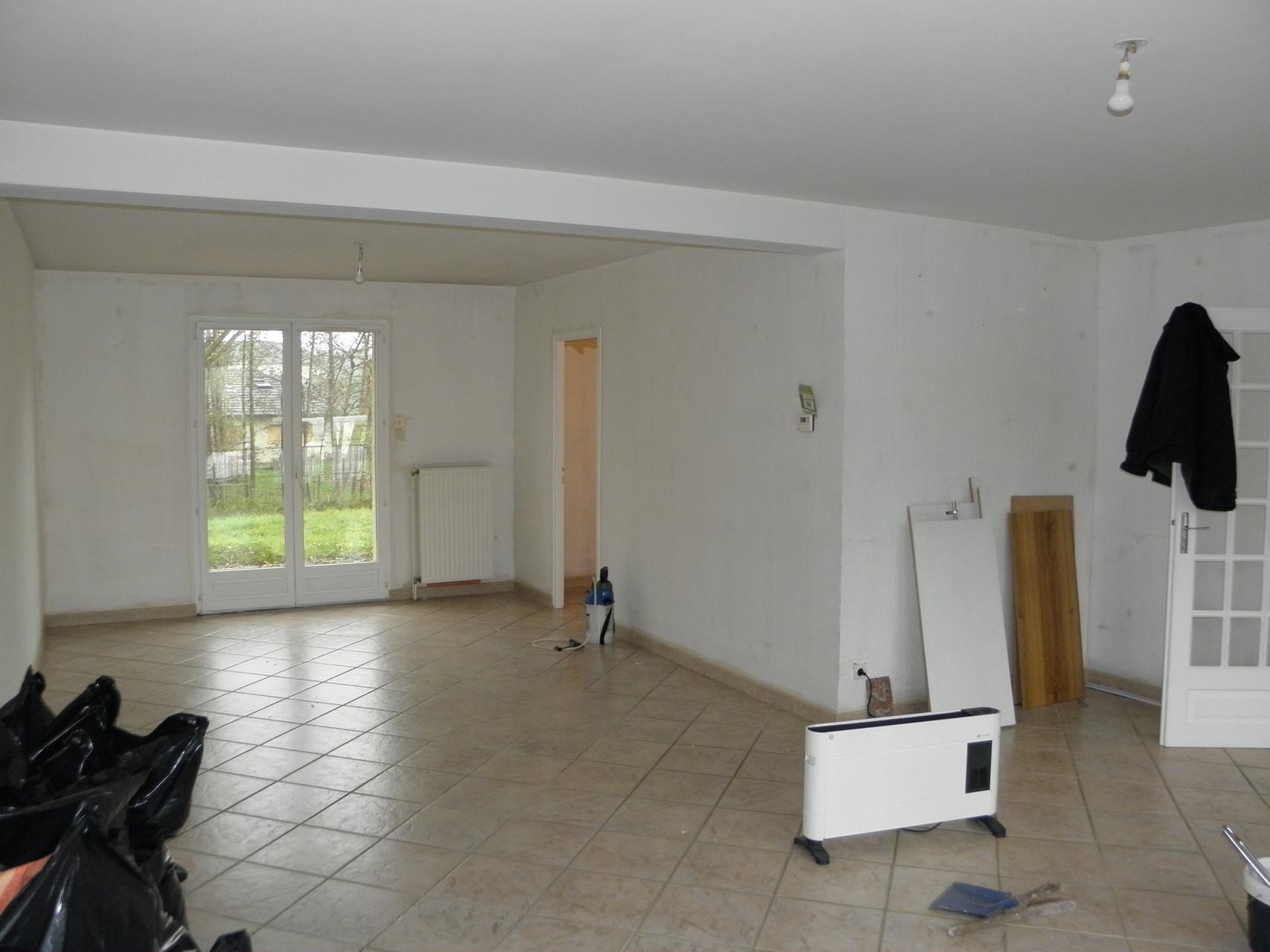 vue du salon sur la cuisine avant (derrière la cloison)