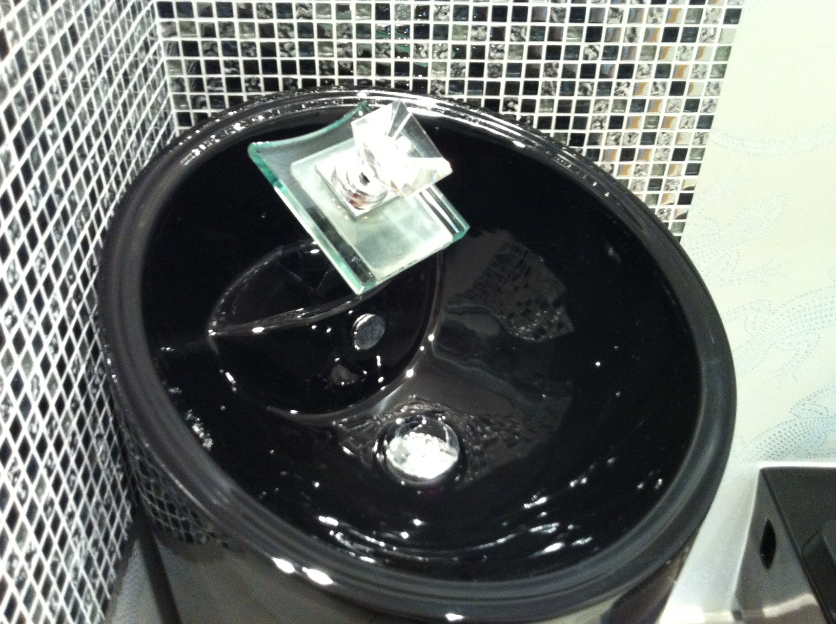 WC après, détail sur robinetterie en verre