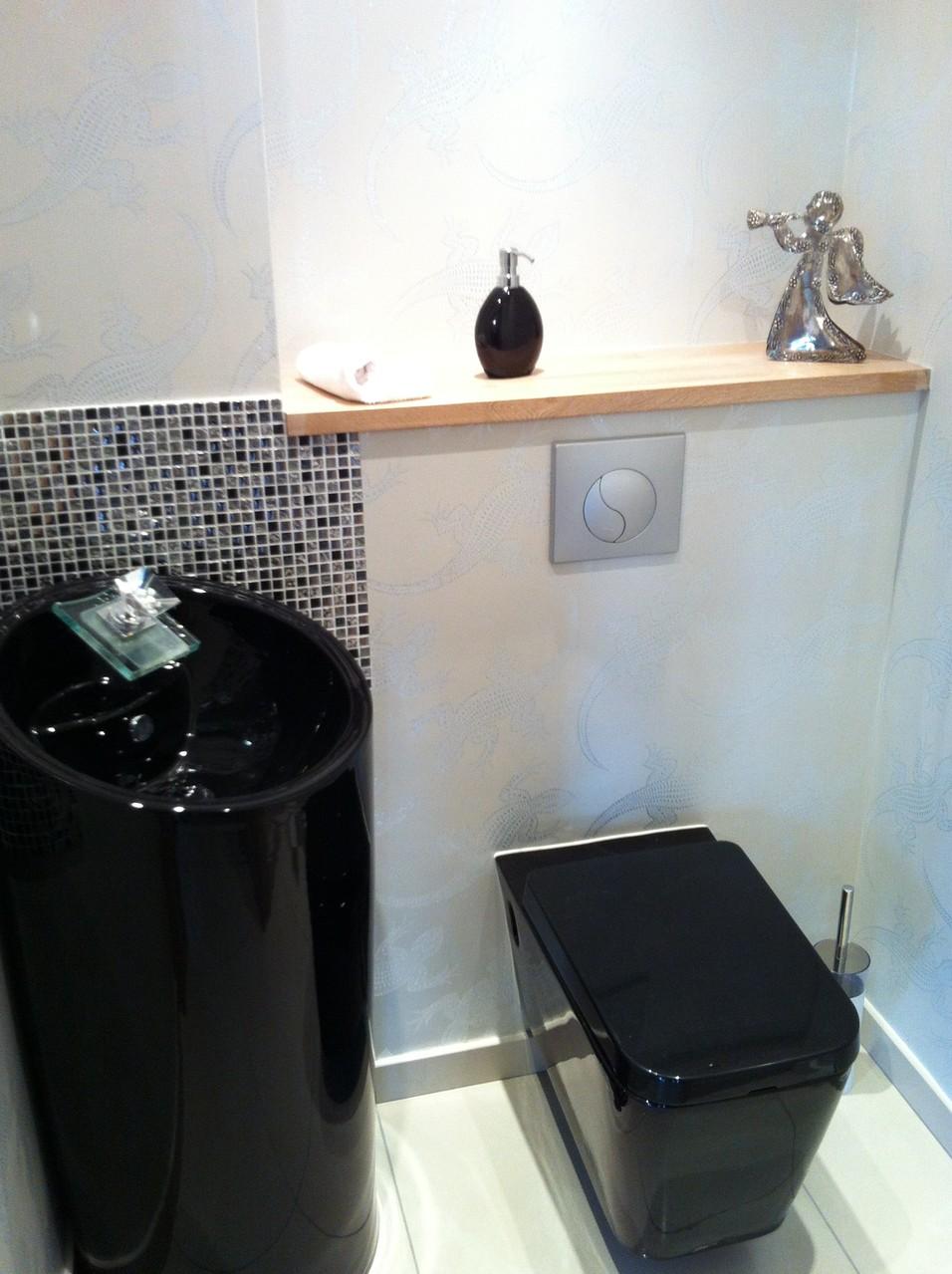 WC après, contrainte technique, le lave-mains a dû être déplacé compte tenu de sa taille...