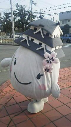 姫路城を頭に載せたゆるキャラ。名前は???姫路の某体育館の近くで撮影。