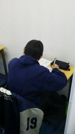 テスト前にがんばる中1生。