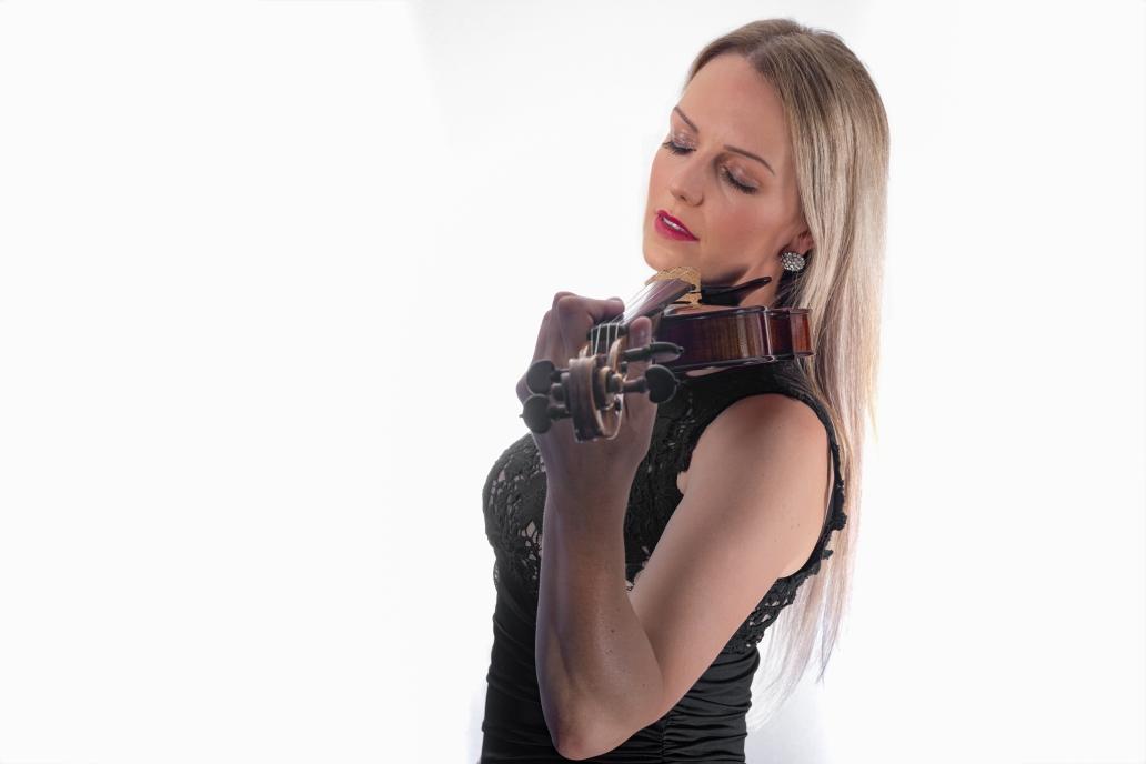 """""""Wir haben Anja für eine Trauerfeier gebucht.Das war absolut die richtige Entscheidung und ein echter Glücksgriff. Mit ihrer herzlichen Ausstrahlung und ihrem musikalischen Talent versteht sie es eine wunderbare Atmosphäre in Raum und Zeit zu schaffen. Man hat wahrlich das Gefühl, alles um einen herum steht still. Man kann sich voll und ganz dem schönen Klang ihrer Violine widmen."""""""