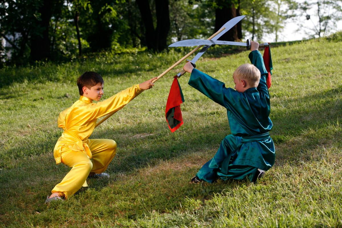 ушу, дуйлянь с оружием (шест (гунь) и мечь (дао))
