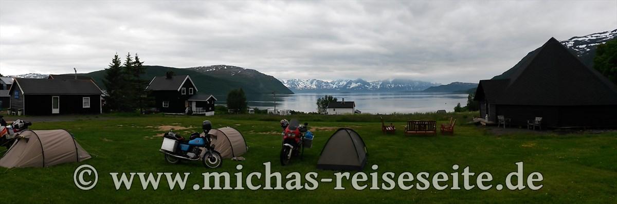 """Auf dem Weg nach Süden landen wir im """"Arctic FjordCamp"""" - eine absolute Traumkulisse."""