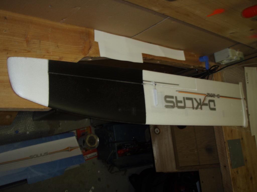 Die Unterseite der Tragflächen habe ich zum Teil schwarz lackiert um den Solius in der Luft besser sehen zu können.
