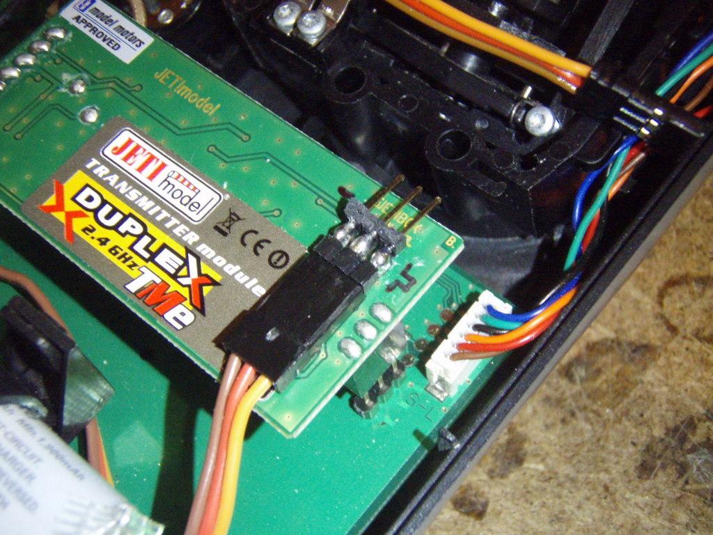 direkt auf das Jeti TX Modul Verlötet und damit ein V-Kabel nicht gebraucht ...