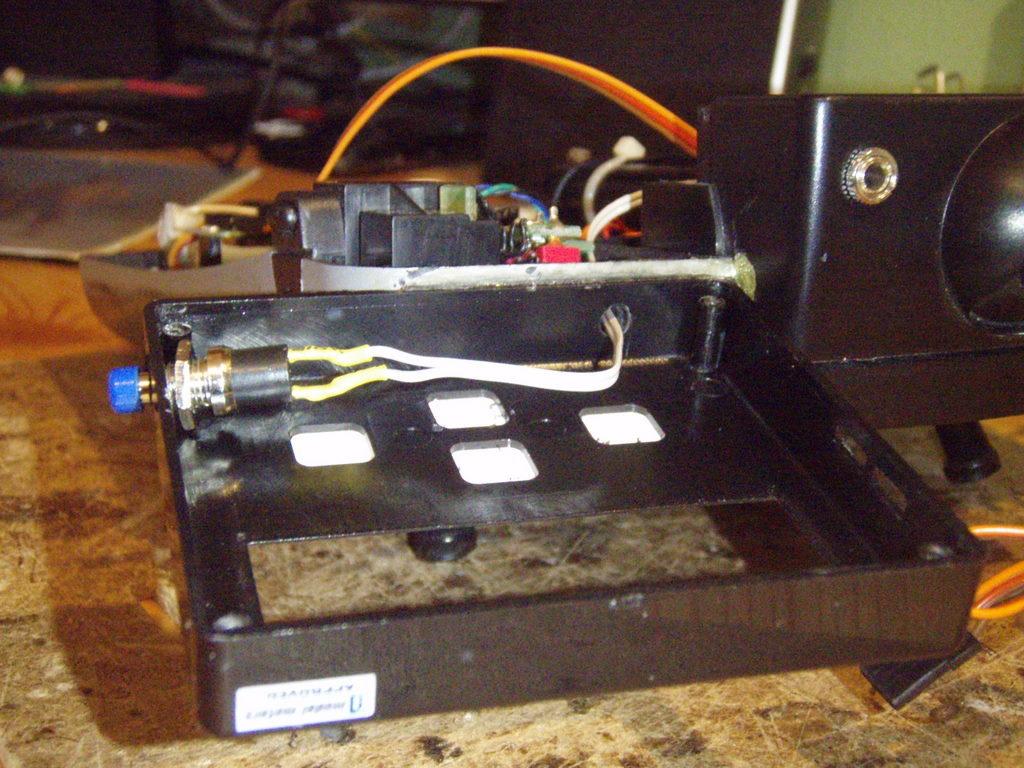 In die JetiBox mußte ich einen Durchgang für das Kabel und den Taster bohren.