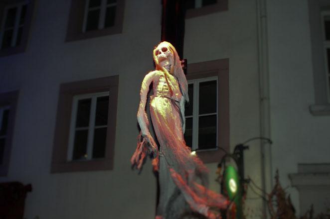 gruselige Skelette hängen an Laternen
