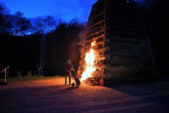 Axel Will beim Anzünden des Feuers