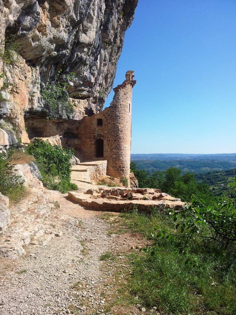 La tour XVIème et devant les vestiges d'une autre tour