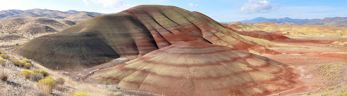 Les Painted Hills au sein du John day bed fossils national monument - By Finetooth (Own work) [CC BY-SA 3.0 (http://creativecommons.org/licenses/by-sa/3.0) or GFDL (http://www.gnu.org/copyleft/fdl.html)], via Wikimedia Commons