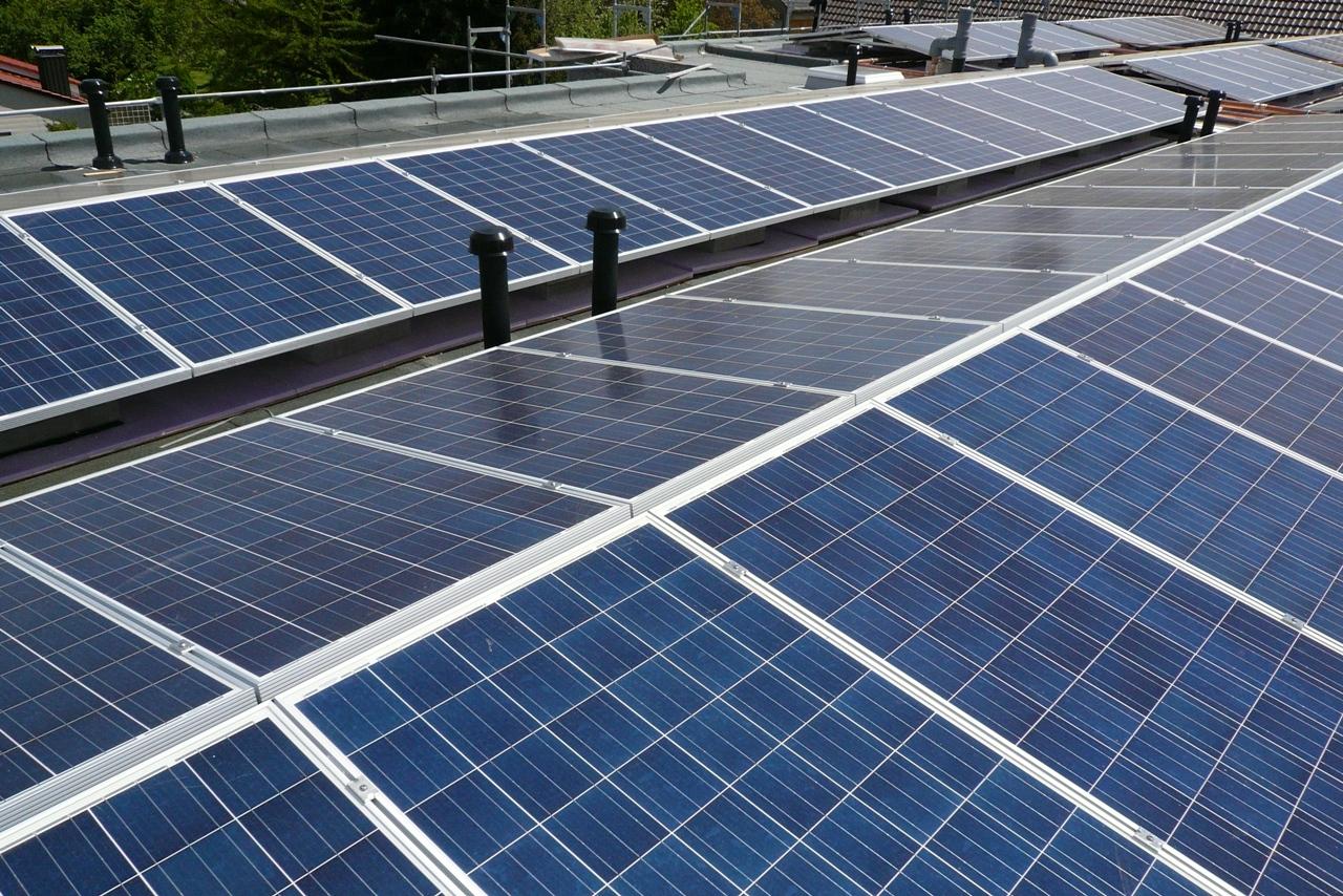 große Photovoltaikanlage: ostwestorientiert, darunter Absorberrohre