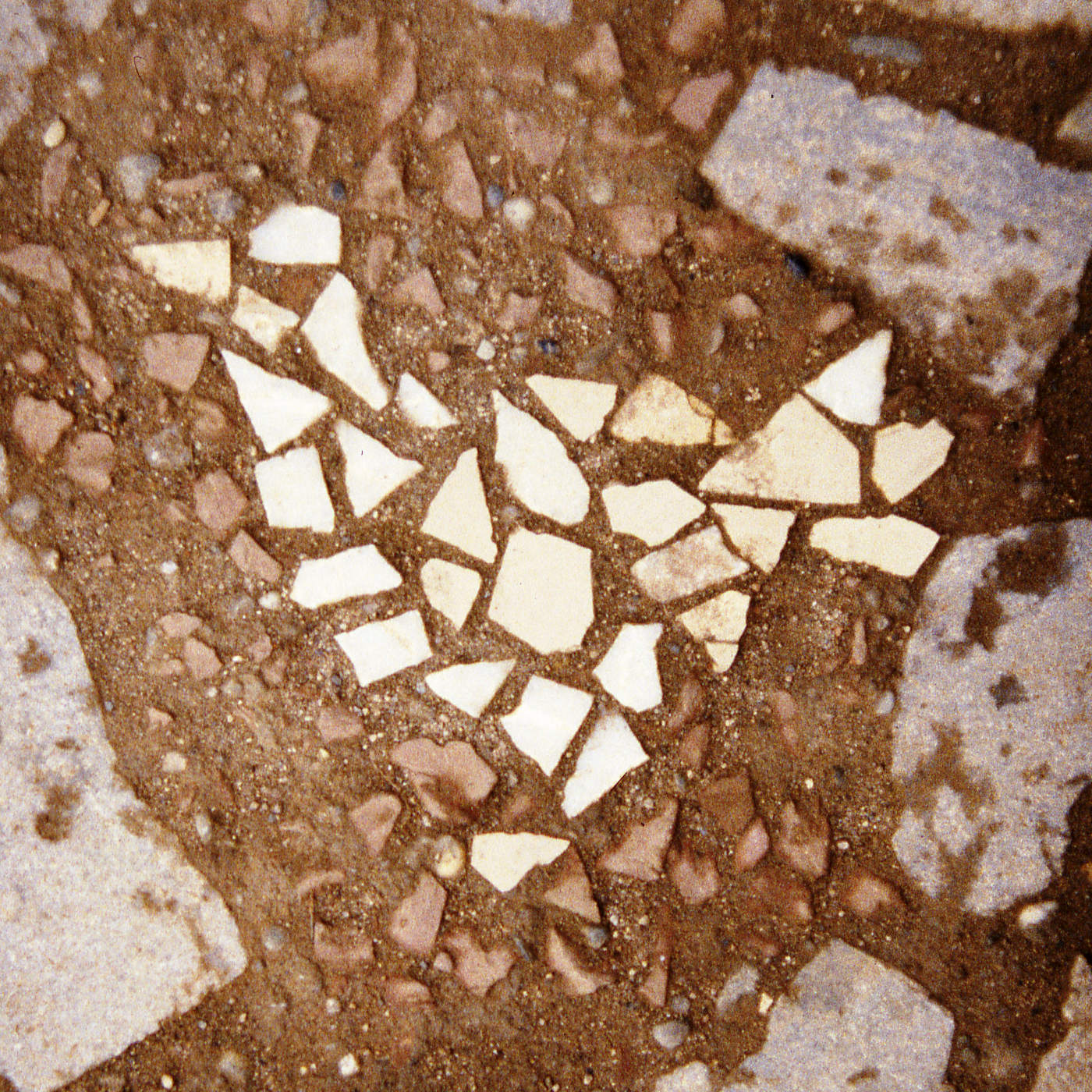 Ökogarten: Bodenmosaik aus Recyclingmaterial (Gerhard Sihler, Frieder Bayer)