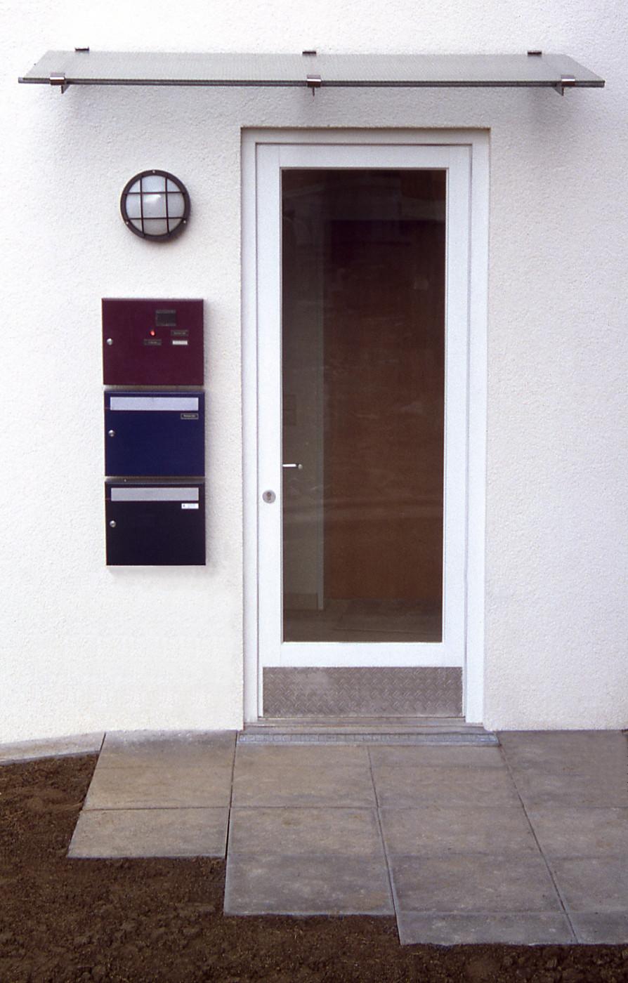 Beispiel Nebeneingang: Tür, Briefkasten, Leuchte, Vordach kostengünstig