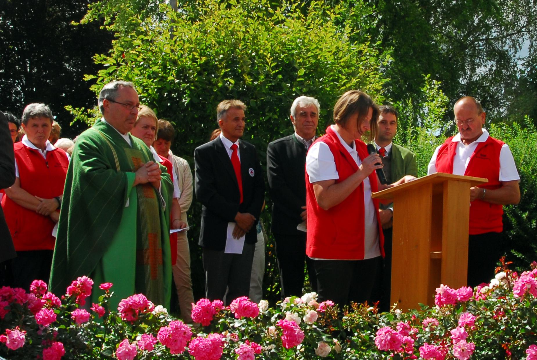 Pfarrer Wolfgang Hann segnete das Auto. Die Fürbitten  trugen die 6 Helfer vor Ort vor ...