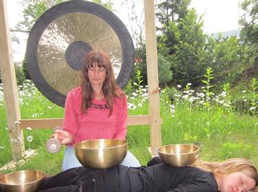 Klangmassage nach Peter Hess im Freien
