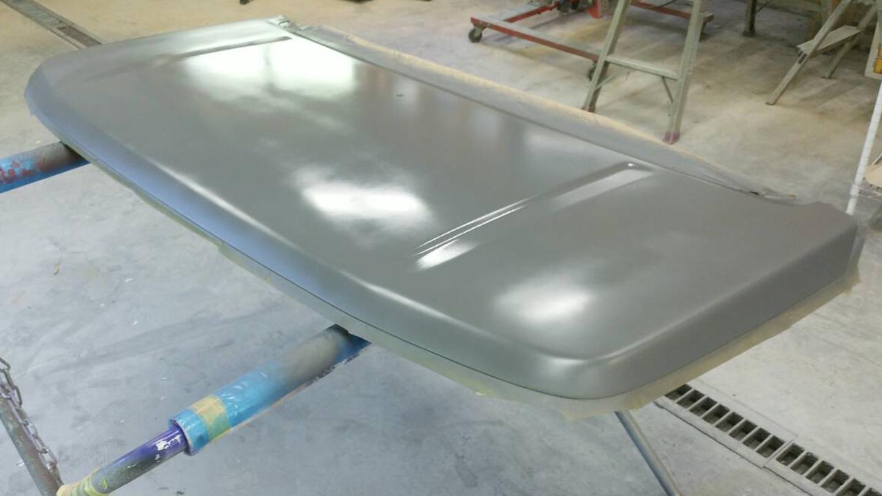 塗装剥落により古い塗膜をすべて除去しサフェーサー塗装(ボンネット)
