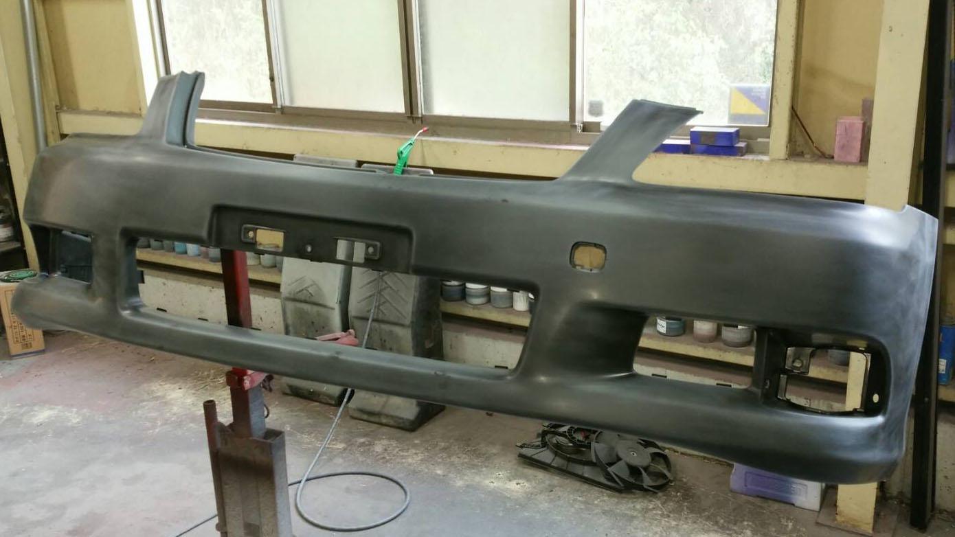 素地のバンパーをアシ付けしプライマー塗装