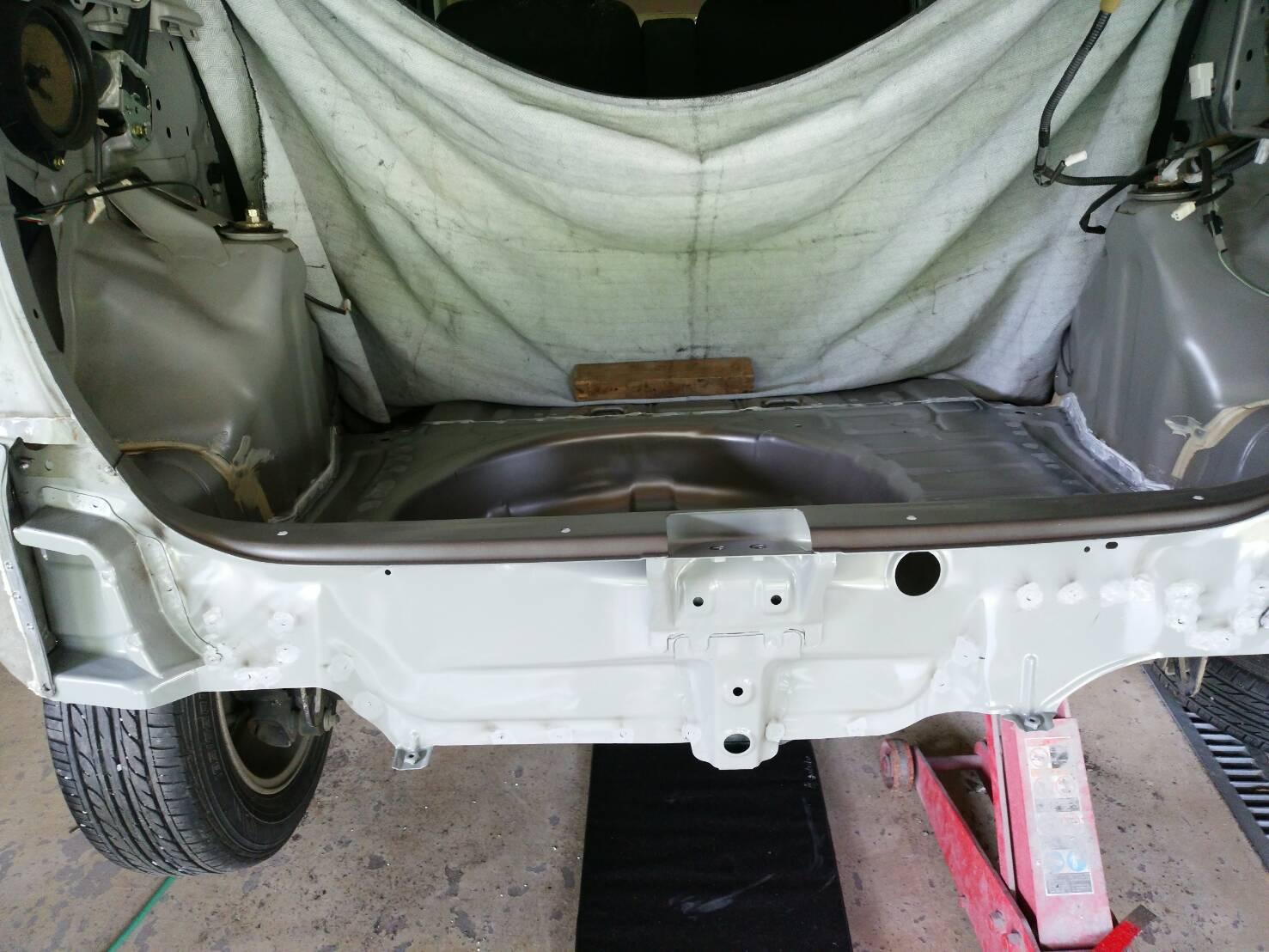リヤフロアパン・バックパネル溶接にて取り付け後塗装