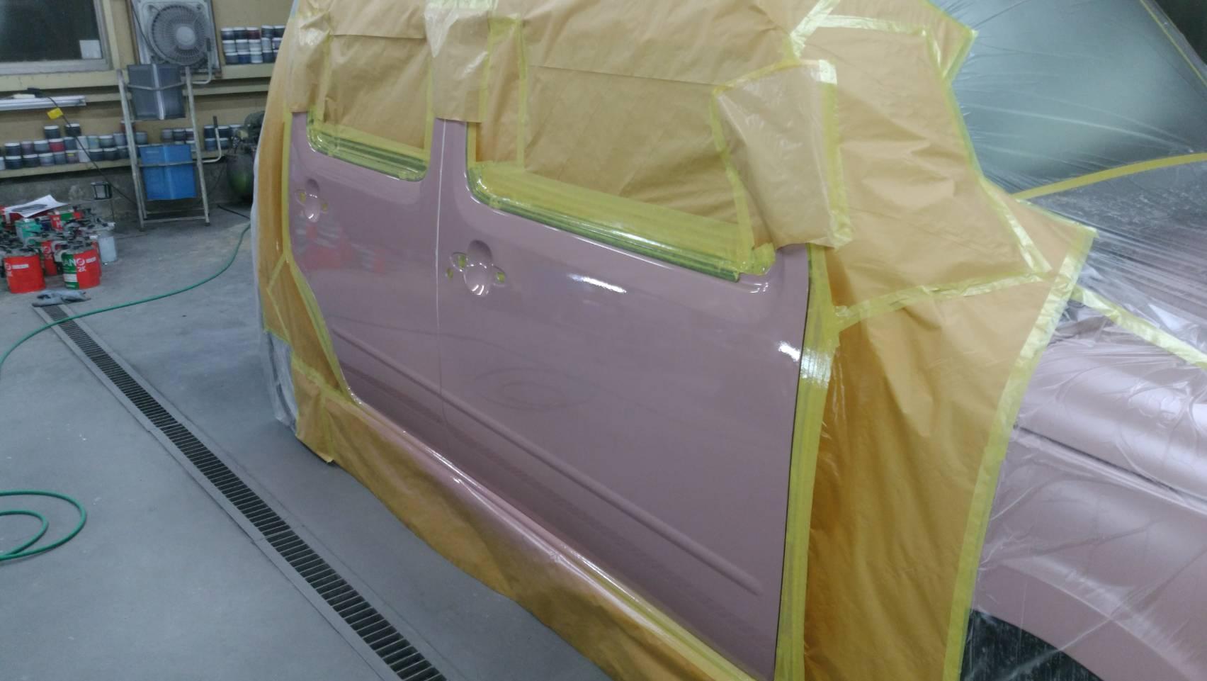 塗装施工後、耐水ペーパー研ぎ作業、バフ掛け磨き後、各パーツを組み付けて完成
