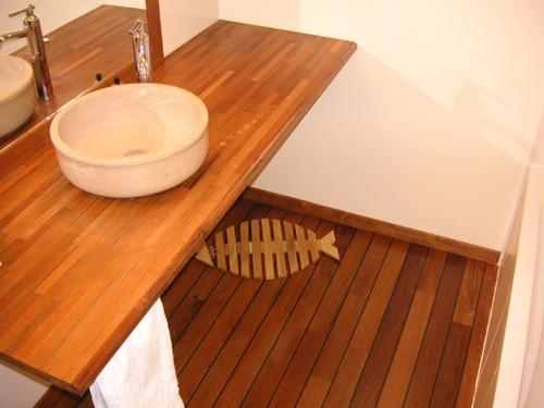 Parquet en teck, joints façon pont de bateau, conçu pour les pièces humides