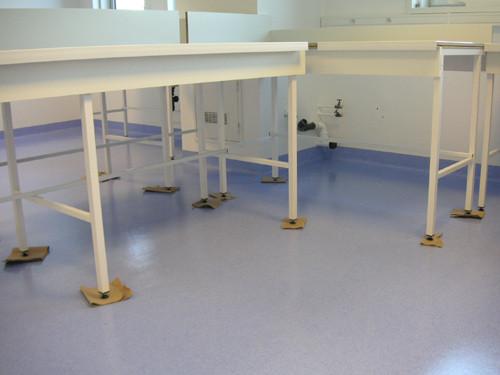 Laboratoire : sol en plinthe et soudure de joints.