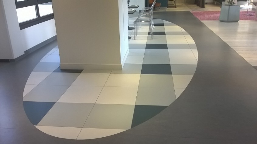 Incrustation de motifs en dalles PVC, variation de couleur à la lumière