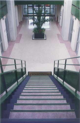 Dalles de linoléum avec joints soudés à chaud. Frise décorative & escalier de plusieurs tons.
