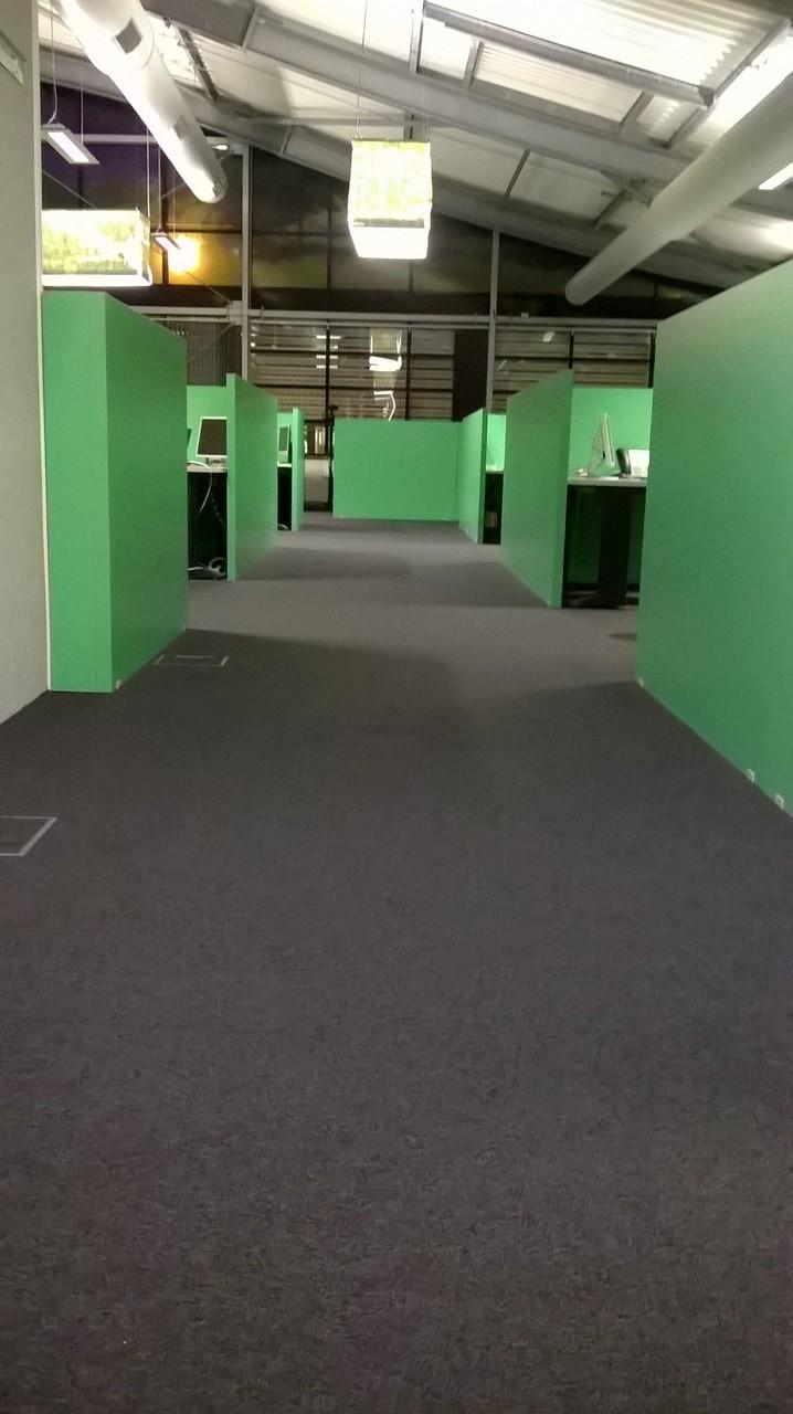 Peinture verte satinée sans odeur & pose de dalles moquette à 80% recyclable.
