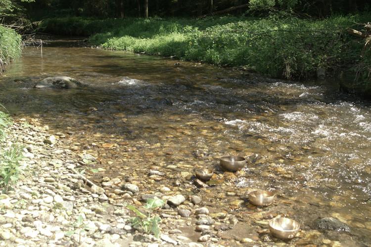 Wasser und Klangschalen