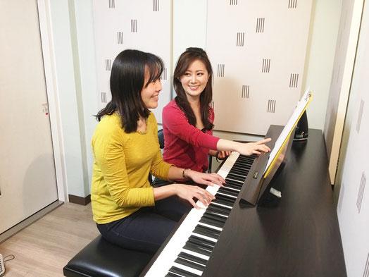 ピアノ弾き語りレッスン風景