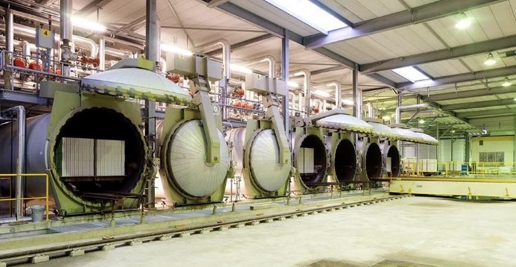 Een rij open en gesloten autoclaven in een kalkzandsteenfabriek
