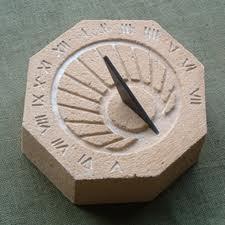 Réplica de reloj solar romano en piedra de mortero.